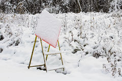 Σημάδι κατασκευής που κρύβεται από την ξαφνική θύελλα χιονιού στοκ φωτογραφίες