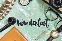 Σημάδι κειμένων Wanderlust στο χάρτη η έννοια ταξιδιού, hipster επίπεδος βάζει Π Στοκ εικόνα με δικαίωμα ελεύθερης χρήσης