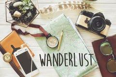 Σημάδι κειμένων Wanderlust E διαφορετικός ίδιος σκοπός ιδιοτήτων μολυβιών πυξίδων Στοκ Εικόνες