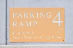 Σημάδι κεκλιμένων ραμπών χώρων στάθμευσης νοσοκομείων Στοκ Φωτογραφίες