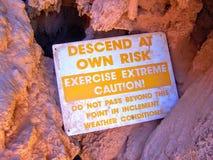 Σημάδι κινδύνου πτώσεων Havasupai, λίμνες, μπλε νερό, γεωλογικοί τοίχοι βράχου σχηματισμού Στοκ Εικόνες