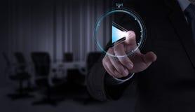 Σημάδι κουμπιών παιχνιδιού Τύπου χεριών επιχειρηματιών για να αρχίσει Στοκ εικόνα με δικαίωμα ελεύθερης χρήσης