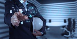 Σημάδι κουμπιών παιχνιδιού Τύπου χεριών επιχειρηματιών Στοκ Εικόνες