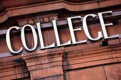 Σημάδι κολλεγίου, κτήριο, είσοδος πανεπιστημιουπόλεων Στοκ εικόνες με δικαίωμα ελεύθερης χρήσης