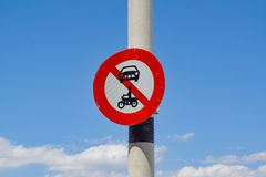 Σημάδι κυκλοφορίας με μια έννοια καμίας εισόδου για τα οχήματα σε ένα κλίμα μπλε ουρανού Στοκ Εικόνα