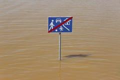 Σημάδι κυκλοφορίας οδών παιχνιδιού στην πλημμύρα Στοκ Φωτογραφίες
