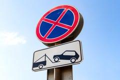 Σημάδι κυκλοφορίας που απαγορεύει το χώρο στάθμευσης Στοκ Εικόνες