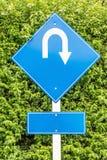 Σημάδι κυκλοφορίας u-στροφής για τις κατευθύνσεις στον υπαίθριο υπαίθριο σταθμό αυτοκινήτων στοκ εικόνα με δικαίωμα ελεύθερης χρήσης