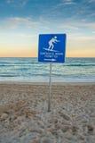 Παραλία ηλιοβασιλέματος με το σημάδι κυματωγών. Στοκ Εικόνες