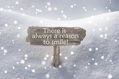Σημάδι με το λόγο χιονιού και Snowflakes αποσπάσματος πάντα να χαμογελάσει στοκ εικόνες με δικαίωμα ελεύθερης χρήσης