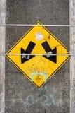 Σημάδι με δύο βέλη Στοκ φωτογραφία με δικαίωμα ελεύθερης χρήσης