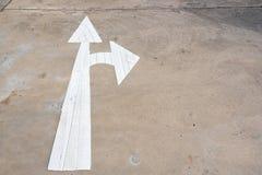 Σημάδι μπροστινών και σωστών βελών στο στρωμένο δρόμο, βέλος στο δρόμο po Στοκ φωτογραφία με δικαίωμα ελεύθερης χρήσης