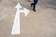 Σημάδι μπροστινών και σωστών βελών στο στρωμένο δρόμο, βέλος στο δρόμο po Στοκ Εικόνες