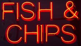 Σημάδι νέου εστιατορίων ψαριών και τσιπ Στοκ εικόνα με δικαίωμα ελεύθερης χρήσης