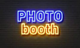 Σημάδι νέου θαλάμων φωτογραφιών στο υπόβαθρο τουβλότοιχος στοκ εικόνες με δικαίωμα ελεύθερης χρήσης