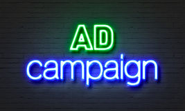 Σημάδι νέου διαφημιστικών εκστρατειών στο υπόβαθρο τουβλότοιχος Στοκ εικόνα με δικαίωμα ελεύθερης χρήσης