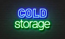 Σημάδι νέου κρύας αποθήκευσης στο υπόβαθρο τουβλότοιχος στοκ φωτογραφία με δικαίωμα ελεύθερης χρήσης