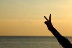 Σημάδι νίκης με το δάχτυλο στοκ εικόνα