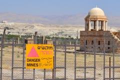 Σημάδι ναρκοπεδίων στα εβραϊκά, Αραβικά, αγγλικά στην κοιλάδα της Ιορδανίας, Ισραήλ Στοκ Φωτογραφία