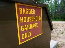 Σημάδι οικιακών απορριμάτων μόνο σε Dumpster Στοκ φωτογραφία με δικαίωμα ελεύθερης χρήσης