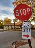Σημάδι λοξοδρόμησης λεωφορείων ένα κόκκινο βέλος που συνδέεται με με ένα σημάδι στάσεων στοκ εικόνα με δικαίωμα ελεύθερης χρήσης