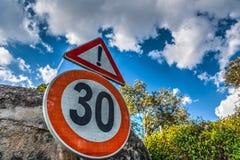 Σημάδι ορίου ταχύτητας κάτω από έναν νεφελώδη ουρανό Στοκ φωτογραφία με δικαίωμα ελεύθερης χρήσης