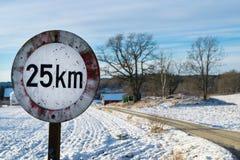 Σημάδι ορίου ταχύτητας που πυροβολείται με το κυνηγετικό όπλο Στοκ Εικόνες