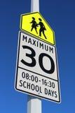 Σημάδι ορίου ταχύτητας στη σχολική ζώνη Στοκ Εικόνες