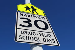 Σημάδι ορίου ταχύτητας στη σχολική ζώνη Στοκ φωτογραφία με δικαίωμα ελεύθερης χρήσης