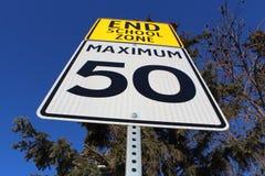 Σημάδι ορίου ταχύτητας στο τέλος της σχολικής ζώνης Στοκ φωτογραφία με δικαίωμα ελεύθερης χρήσης