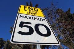 Σημάδι ορίου ταχύτητας στο τέλος της σχολικής ζώνης Στοκ Εικόνες