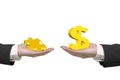 Σημάδι δολαρίων και κομμάτι γρίφων με δύο χέρια Στοκ εικόνα με δικαίωμα ελεύθερης χρήσης