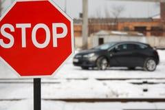 Σημάδι οδικών στάσεων με το αυτοκίνητο στο χειμώνα Στοκ Φωτογραφίες