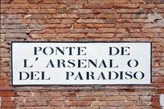 Σημάδι οδών από το οπλοστάσιο στη Βενετία - την Ιταλία Στοκ εικόνα με δικαίωμα ελεύθερης χρήσης