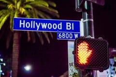 Σημάδι οδών λεωφόρων Hollywood τη νύχτα - ΛΟΣ ΑΝΤΖΕΛΕΣ - ΚΑΛΙΦΟΡΝΙΑ - 20 Απριλίου 2017 Στοκ Φωτογραφία