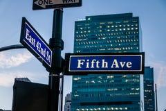 Σημάδι οδών πέμπτου Ave και της ανατολής 42$ος ST - Νέα Υόρκη, ΗΠΑ Στοκ φωτογραφία με δικαίωμα ελεύθερης χρήσης