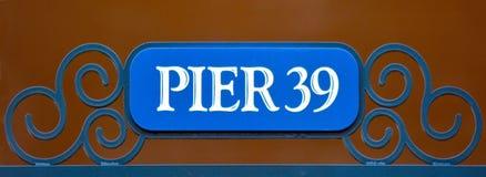 Σημάδι οδών της αποβάθρας 39 στην αποβάθρα Σαν Φρανσίσκο ψαράδων Στοκ εικόνες με δικαίωμα ελεύθερης χρήσης
