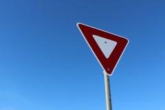 Σημάδι παραγωγής ενάντια στο μπλε ουρανό Στοκ Φωτογραφίες