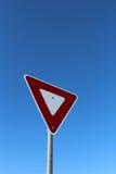 Σημάδι παραγωγής ενάντια στο μπλε ουρανό Στοκ φωτογραφία με δικαίωμα ελεύθερης χρήσης