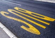 Σημάδι παρόδων μεταφορών λεωφορείων πόλεων στο δρόμο ασφάλτου Στοκ εικόνες με δικαίωμα ελεύθερης χρήσης