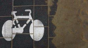 Σημάδι παρόδων ποδηλάτων και άμμος παραλιών Στοκ φωτογραφία με δικαίωμα ελεύθερης χρήσης