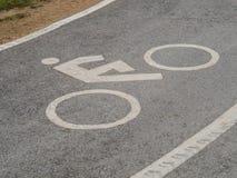 Σημάδι παρόδων ποδηλάτων με τη διαδρομή ροδών αυτοκινήτων Στοκ Φωτογραφίες