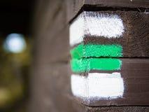 Σημάδι πεζοπορίας στον ξύλινο τοίχο, τσεχικός τουρισμός Στοκ Φωτογραφία
