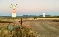 Σημάδι περάσματος σιδηροδρόμων με το αυστραλιανό τοπίο στοκ φωτογραφίες