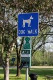 Σημάδι περιπάτων σκυλιών Στοκ φωτογραφίες με δικαίωμα ελεύθερης χρήσης