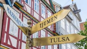 Σημάδι που δίνει τις κατευθύνσεις σε Tulsa, Tjumen και Mazkeret Batya στο CE Στοκ φωτογραφία με δικαίωμα ελεύθερης χρήσης