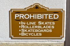 Σημάδι που απαγορεύει ορισμένες πράξεις σε έναν δημόσιο χώρο Στοκ Φωτογραφία