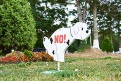 Σημάδι που απαγορεύει το σκυλί που περπατά στο χορτοτάπητα στοκ φωτογραφίες