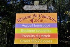 Σημάδι που δείχνει τα σημεία ενδιαφέροντα για τους επισκέπτες στο χρώμα Στοκ φωτογραφίες με δικαίωμα ελεύθερης χρήσης