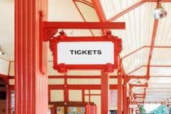 Σημάδι που δείχνει όπου μπορείτε να αγοράσετε τα εισιτήρια Στοκ φωτογραφία με δικαίωμα ελεύθερης χρήσης